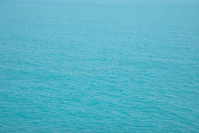 Μπλε εναέρια άποψη επιφάνειας θάλασσας με τα κύματα από έναν κηφήνα, στοκ εικόνα με δικαίωμα ελεύθερης χρήσης