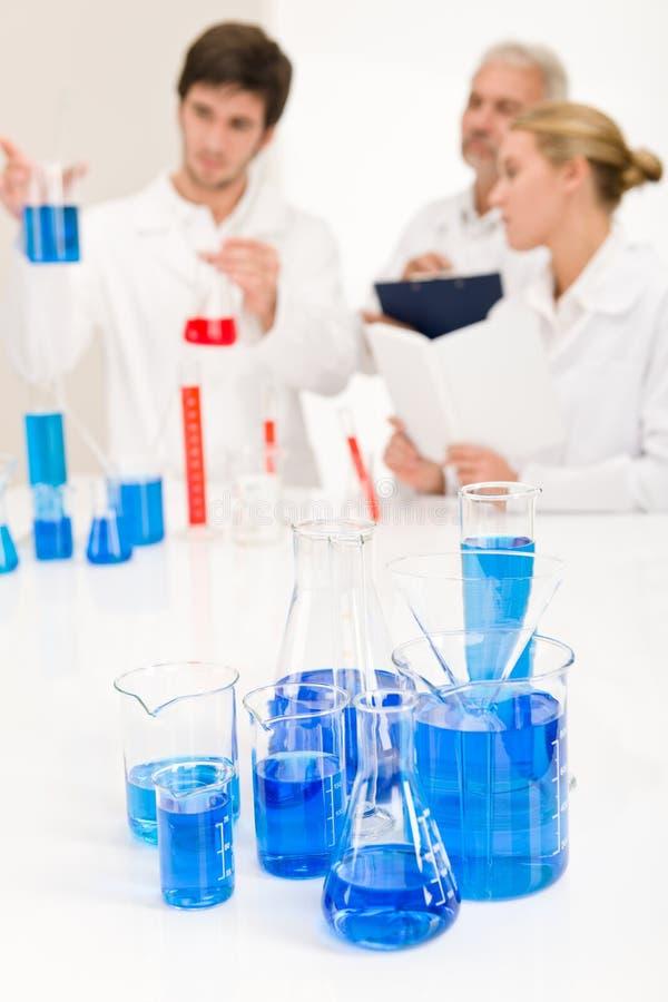 μπλε εργαστηριακό υγρό κ&o στοκ εικόνα