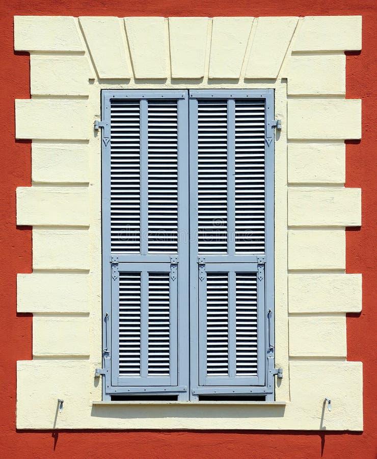 μπλε ζωηρόχρωμο μεσογειακό παράθυρο παραθυρόφυλλων στοκ εικόνες με δικαίωμα ελεύθερης χρήσης