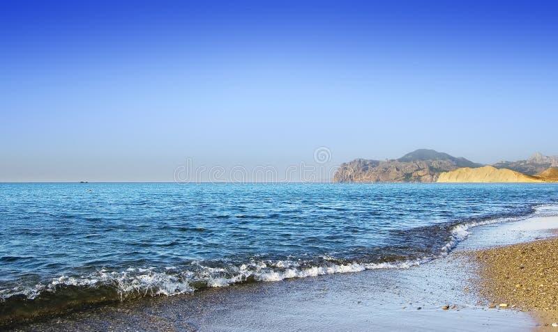 μπλε θάλασσα ακτών στοκ φωτογραφία με δικαίωμα ελεύθερης χρήσης