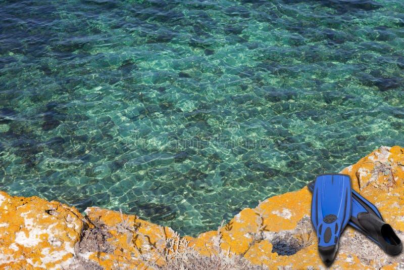 μπλε θάλασσα βατραχοπέδιλων απότομων βράχων στοκ φωτογραφία