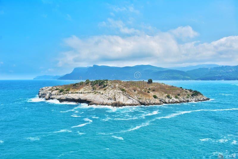 Μπλε θάλασσα και νησί άποψης στοκ εικόνες