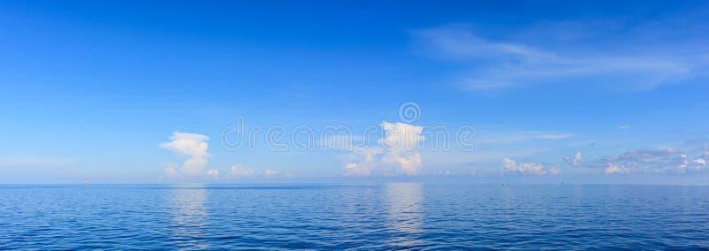 Μπλε θάλασσα και μπλε ουρανός πανοράματος με το άσπρο σύννεφο στο πετρέλαιο και το φυσικό αέριο π στοκ εικόνες