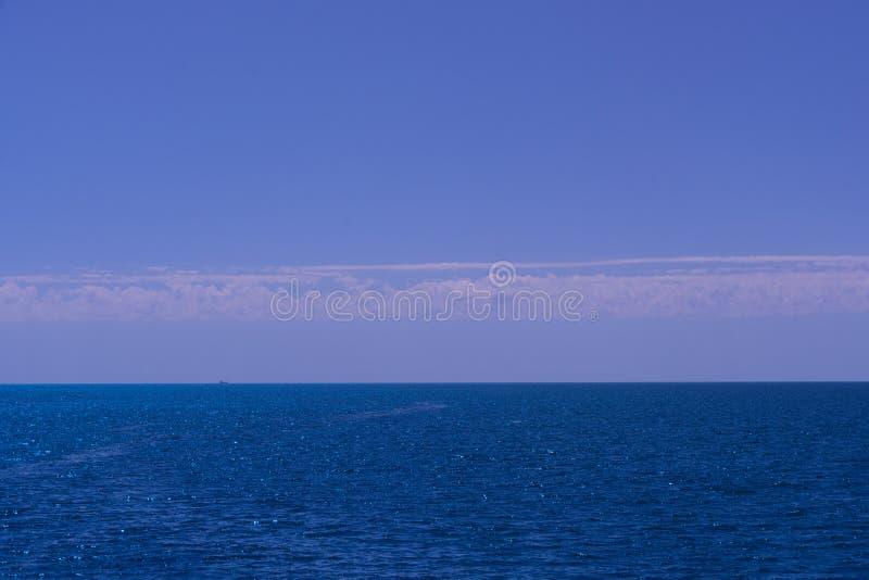 Μπλε θάλασσα και μπλε ουρανός στοκ εικόνα