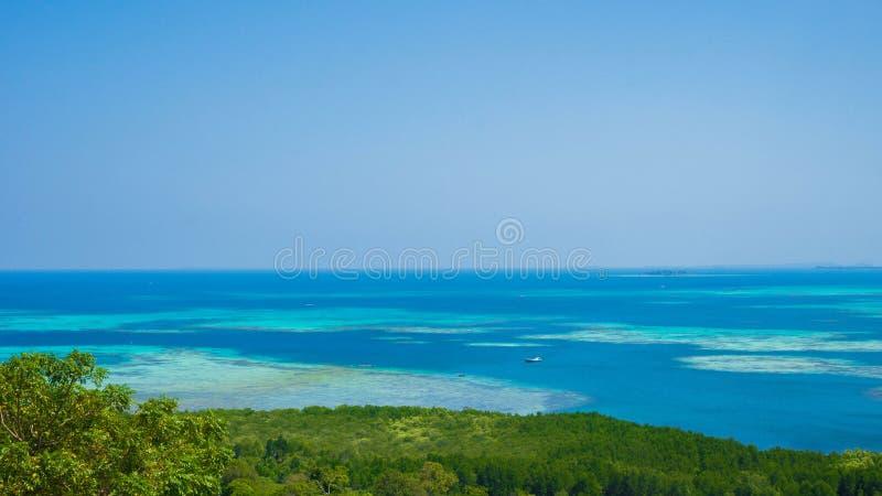 Μπλε θάλασσα νερού με το τυρκουάζ νερό και πράσινο δάσος δέντρων στο jawa karimun στοκ φωτογραφίες