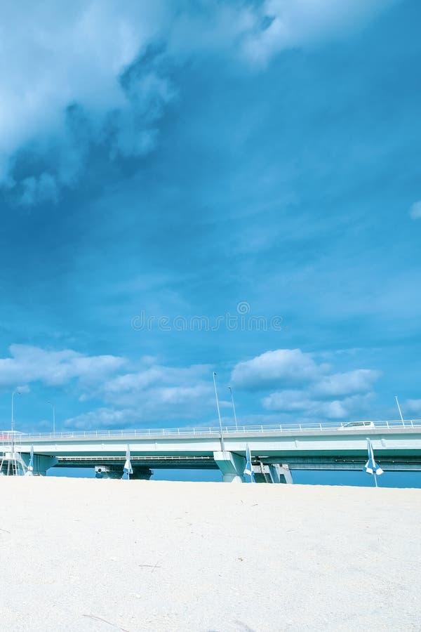 Μπλε θάλασσα ομορφιάς, γέφυρα και άσπρη άμμος με το μπλε ουρανό Μια αποβάθρα, γέφυρα πετρών πέρα από τη θάλασσα στοκ εικόνες με δικαίωμα ελεύθερης χρήσης