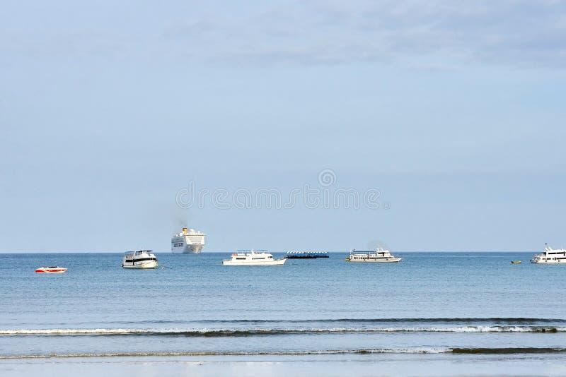 μπλε θάλασσα Σαφής ουρανός Μικρά κύματα στοκ εικόνες