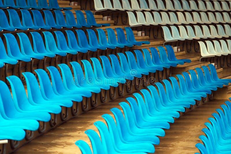 Μπλε και άσπρα πλαστικά καθίσματα σταδίων στοκ φωτογραφία με δικαίωμα ελεύθερης χρήσης