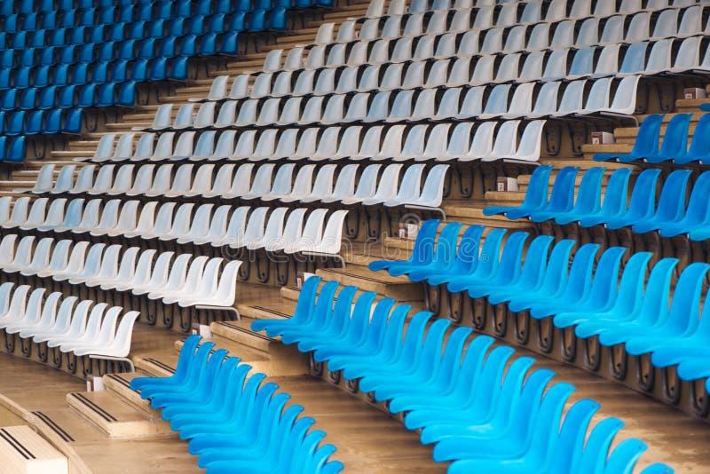 Μπλε και άσπρα πλαστικά καθίσματα σταδίων στοκ εικόνα με δικαίωμα ελεύθερης χρήσης