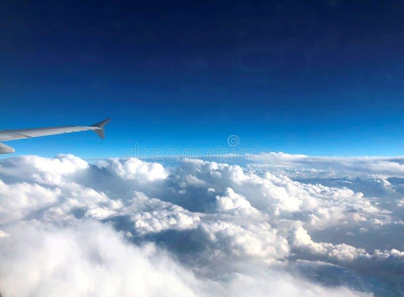 Μπλε και άσπρα σύννεφα Χιλιάδες χιλιόμετρα επάνω από τη γη Καμπίνα αεροπλάνων ή αεροσκαφών Κλείστε τα φω'τα κατά τη διάρκεια της  στοκ φωτογραφίες με δικαίωμα ελεύθερης χρήσης