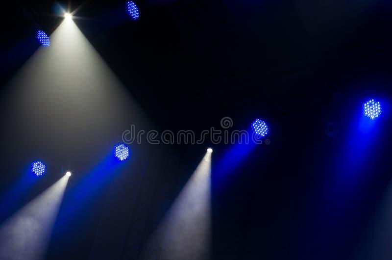 Μπλε και άσπρες ακτίνες του φωτός από τα επίκεντρα στοκ εικόνες με δικαίωμα ελεύθερης χρήσης