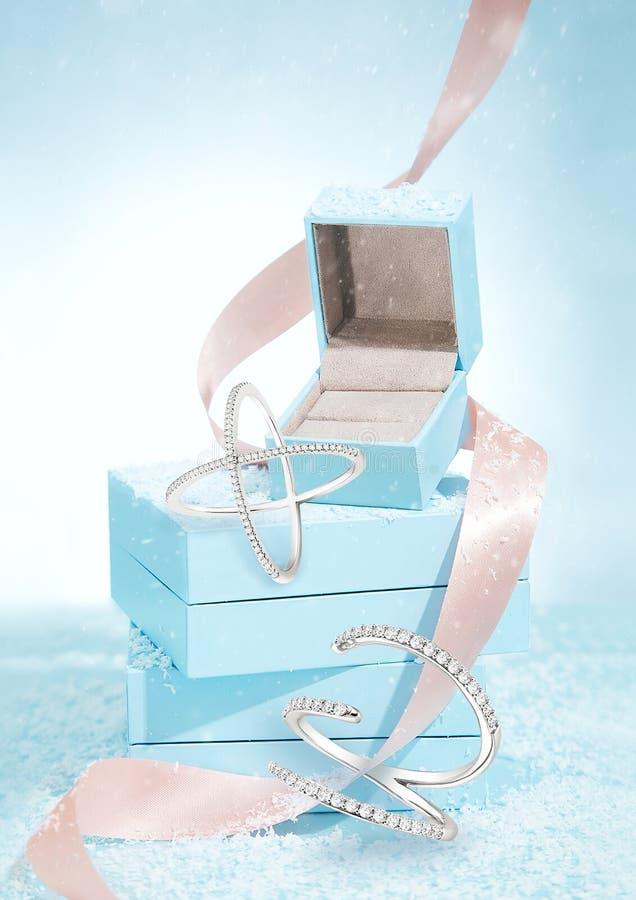 Μπλε και κορδέλλα κιβωτίων κοσμήματος στοκ εικόνες