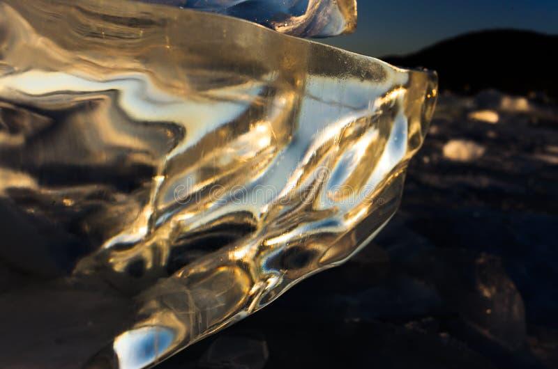 Μπλε και κρύος πάγος της λίμνης Baikal Διαφανής πάγος στον ήλιο στοκ φωτογραφία με δικαίωμα ελεύθερης χρήσης