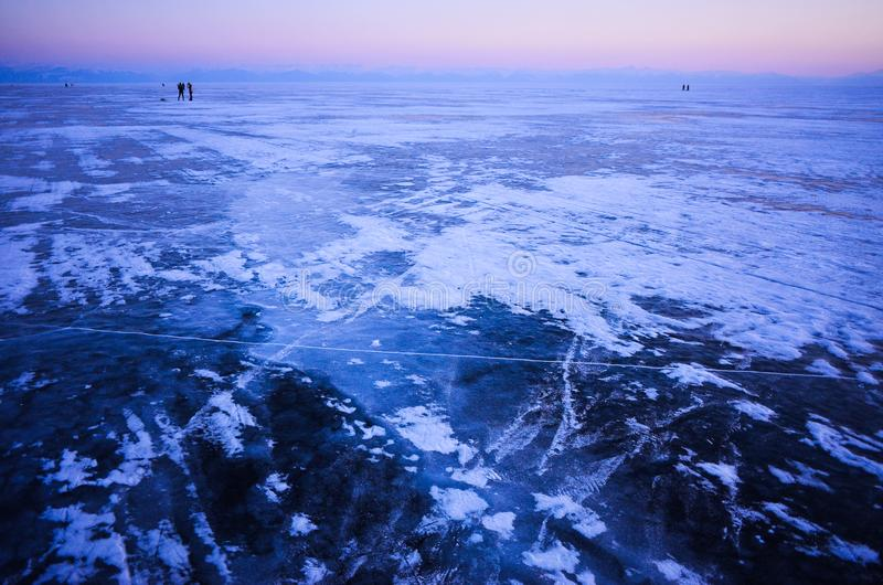 Μπλε και κρύος πάγος της λίμνης Baikal Ορίζοντας στο ηλιοβασίλεμα στοκ εικόνα με δικαίωμα ελεύθερης χρήσης