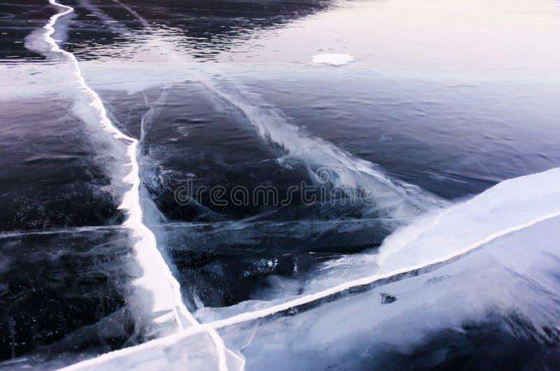 Μπλε και κρύος πάγος της λίμνης Baikal Ρωγμές στον πάγο στοκ φωτογραφία με δικαίωμα ελεύθερης χρήσης