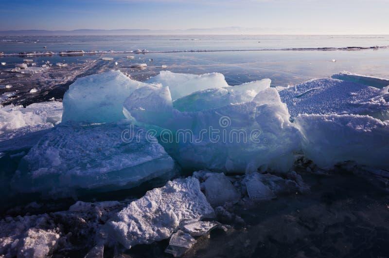 Μπλε και κρύος πάγος της λίμνης Baikal Hummocks και σωροί του πάγου στοκ φωτογραφία με δικαίωμα ελεύθερης χρήσης