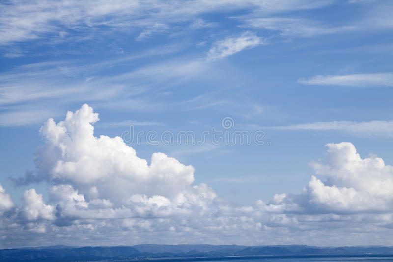 Μπλε και νεφελώδης ουρανός στοκ εικόνα