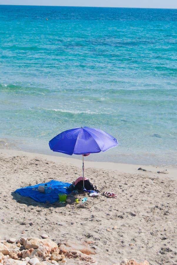 Μπλε και πετσέτα παραλιών κοντά στη θάλασσα Menorca στοκ φωτογραφίες με δικαίωμα ελεύθερης χρήσης