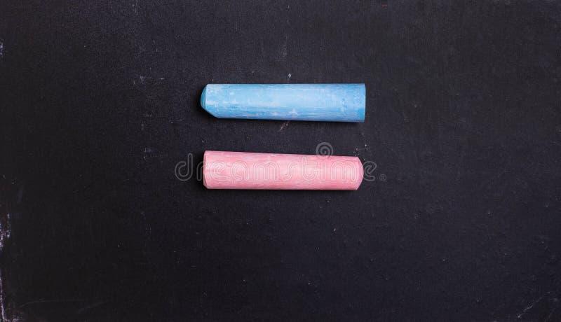 Μπλε και ρόδινη κιμωλία σε έναν πίνακα, σύμβολο της ισότητας στοκ φωτογραφίες με δικαίωμα ελεύθερης χρήσης