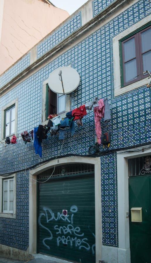 Μπλε καλυμμένο κεραμίδι σπίτι με το πλυντήριο στο μέτωπο στοκ εικόνα με δικαίωμα ελεύθερης χρήσης