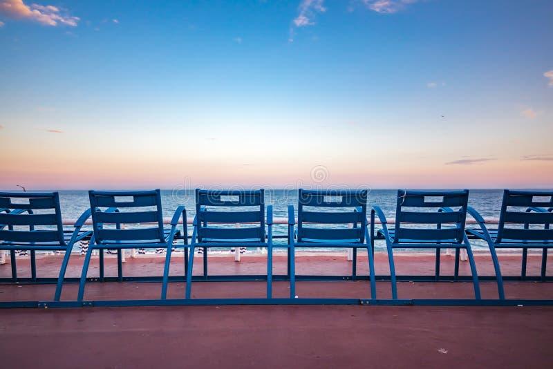 Μπλε καρέκλες στον περίπατο des Anglais στη Νίκαια Γαλλία στοκ φωτογραφίες