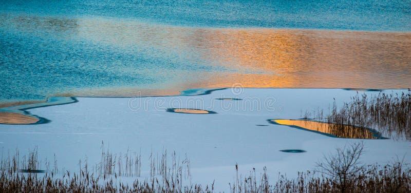 Μπλε κατά το ήμισυ παγωμένη λίμνη στοκ φωτογραφίες με δικαίωμα ελεύθερης χρήσης