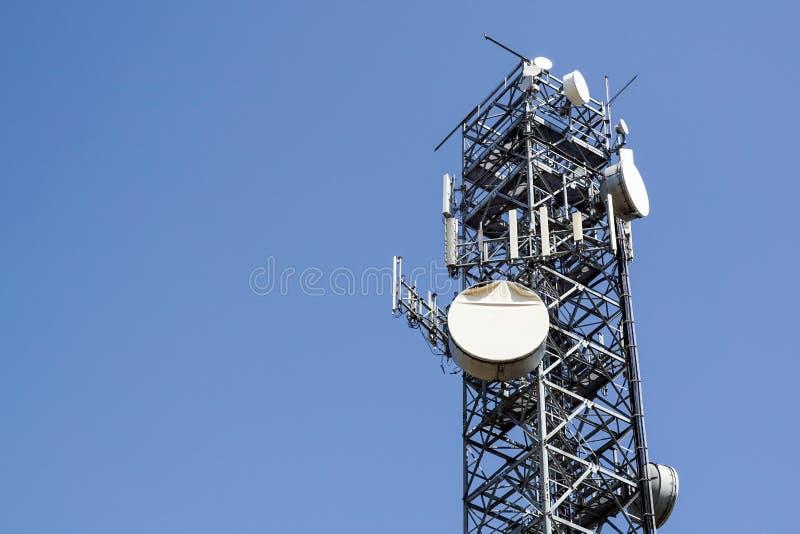 μπλε κινητός πύργος τηλεπικοινωνιών σταθμών τηλεφωνικού ουρανού βάσεων κινητός τηλεφωνικός σταθμός βάσης κεραιών στοκ εικόνες με δικαίωμα ελεύθερης χρήσης