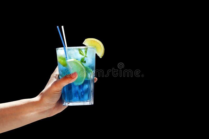 Μπλε κοκτέιλ με τη μέντα πάγου και λεμόνι που απομονώνεται σε ένα μαύρο υπόβαθρο στοκ εικόνες με δικαίωμα ελεύθερης χρήσης