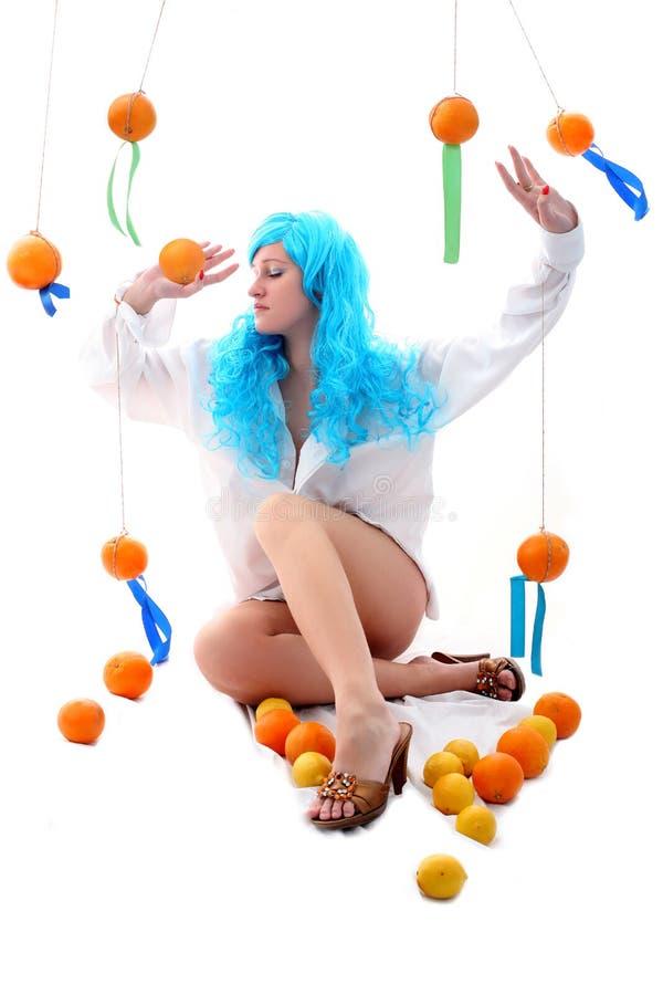Μπλε κορίτσι τριχωμάτων με τα πορτοκάλια στοκ φωτογραφία με δικαίωμα ελεύθερης χρήσης