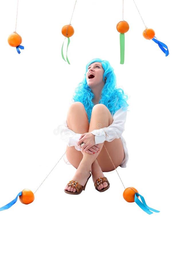 Μπλε κορίτσι τριχωμάτων με τα πορτοκάλια στοκ φωτογραφίες με δικαίωμα ελεύθερης χρήσης