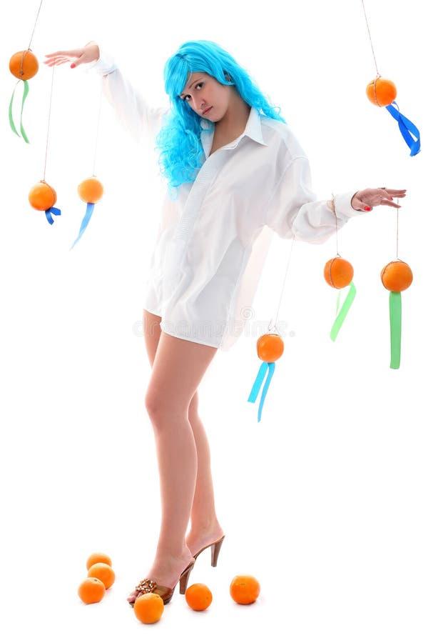 Μπλε κορίτσι τριχωμάτων με τα πορτοκάλια στοκ εικόνες