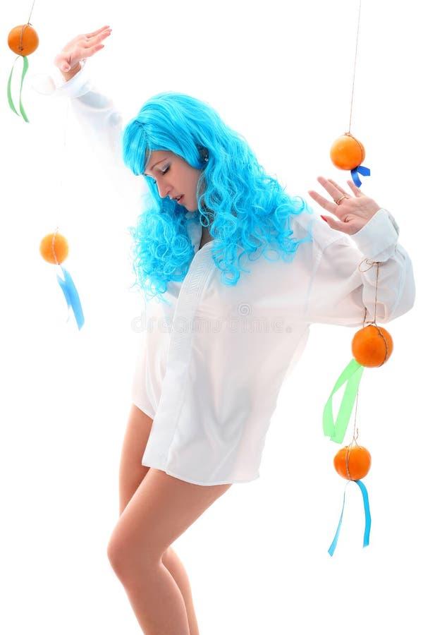 Μπλε κορίτσι τριχωμάτων με τα πορτοκάλια στοκ φωτογραφία
