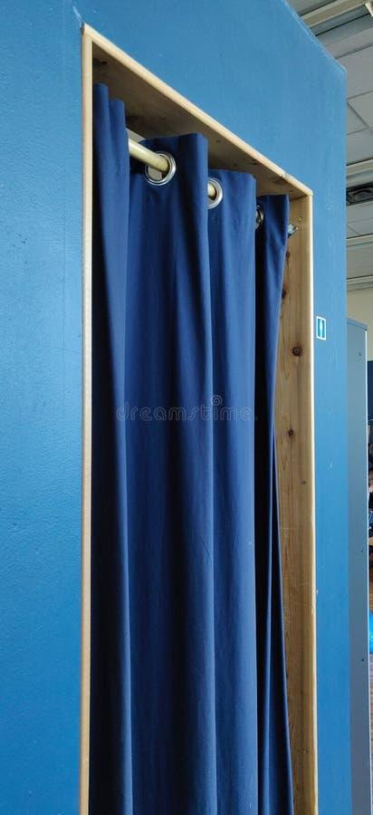 Μπλε κουρτίνα στην είσοδο για αλλαγή δωματίου στο Τορόντο ντότζο στοκ εικόνα