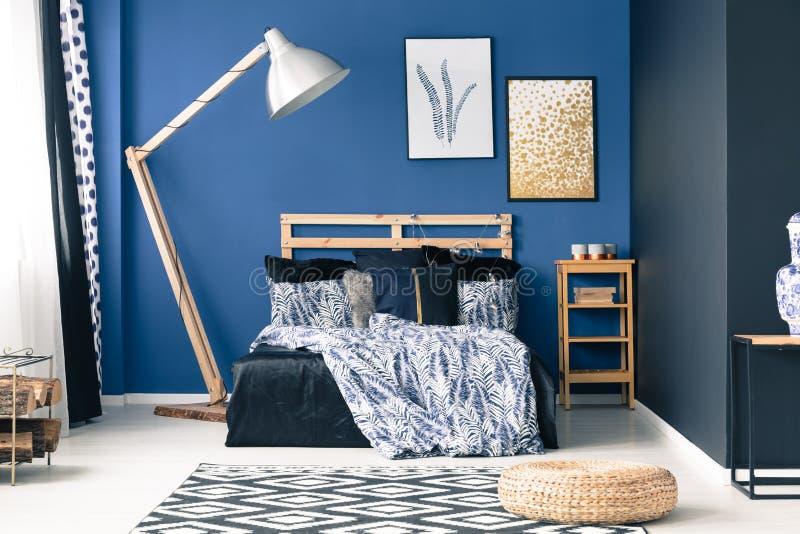Μπλε κρεβατοκάμαρα με τις χρυσές εμφάσεις στοκ φωτογραφία με δικαίωμα ελεύθερης χρήσης