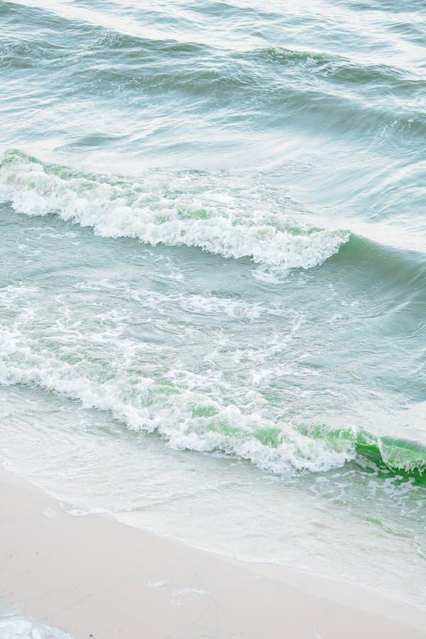 Μπλε κυματισμοί που κυματίζουν προς την ακτή παραλιών άμμου στοκ εικόνες