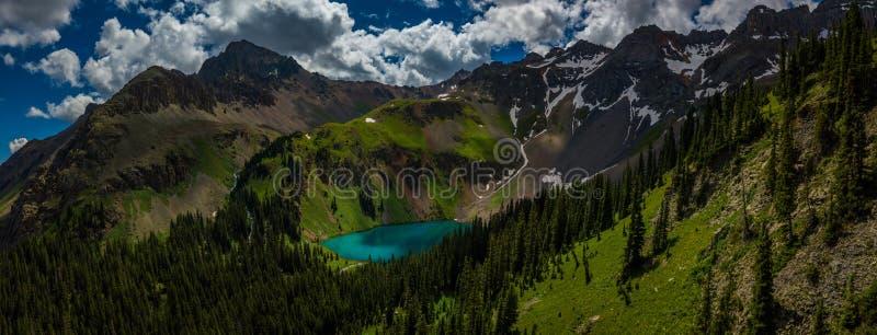 Μπλε λίμνη πλησίον κοντά σε Ridgway Κολοράντο με το βουνό Sneffels, DAL στοκ εικόνες
