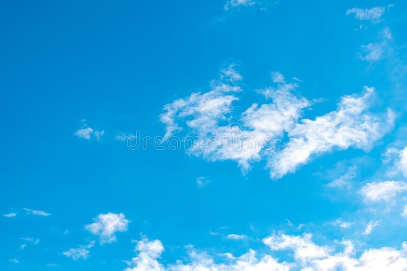 μπλε λευκό ουρανού σύννεφων Πρωινός και καλός καιρός στοκ φωτογραφία με δικαίωμα ελεύθερης χρήσης