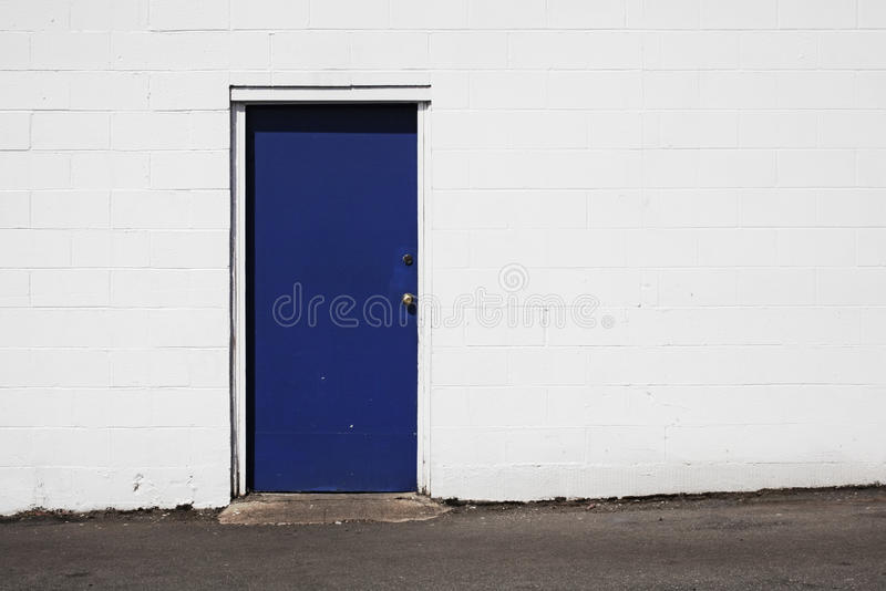μπλε λευκό πορτών οικοδό& στοκ φωτογραφίες με δικαίωμα ελεύθερης χρήσης