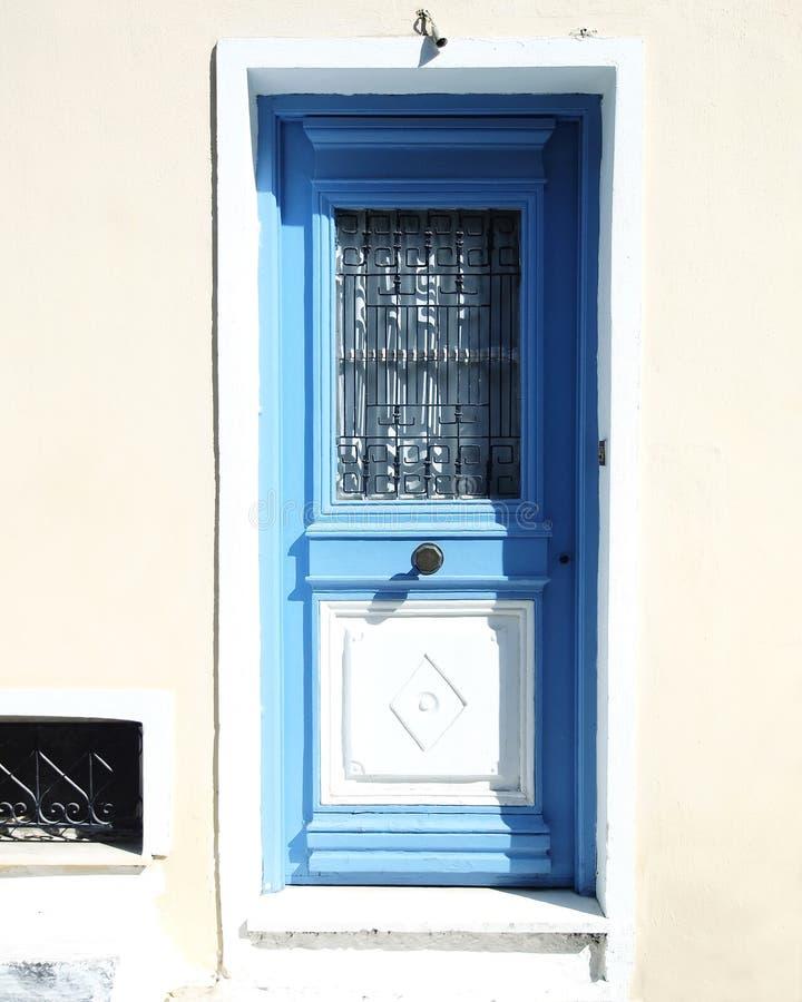 μπλε λευκό σπιτιών πορτών στοκ φωτογραφίες