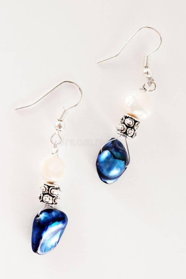 μπλε μακρο λευκό σκουλαρικιών στοκ φωτογραφία