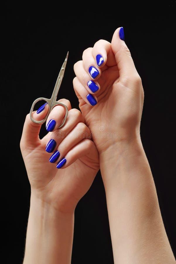 Μπλε μανικιούρ σε φωτεινά και σκούρα χρώματα λακτέρ σε ραβδωτό φόντο στοκ φωτογραφίες με δικαίωμα ελεύθερης χρήσης