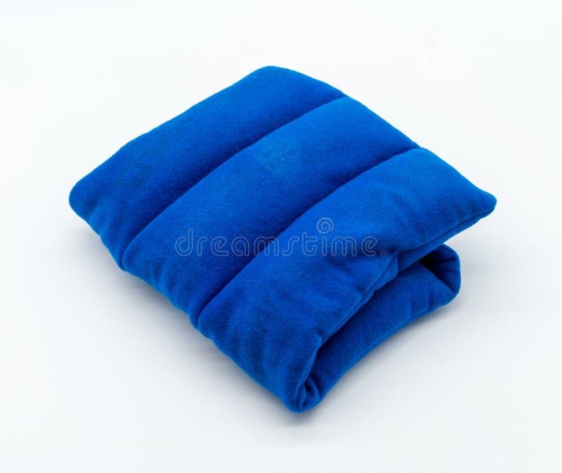 Μπλε μαξιλάρι θέρμανσης μικροκυμάτων στο άσπρο υπόβαθρο στοκ εικόνες