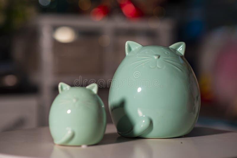 Μπλε μεγάλη γάτα και μικρή γάτα που χρησιμοποιούνται για την εγχώρια διακόσμηση στοκ εικόνα