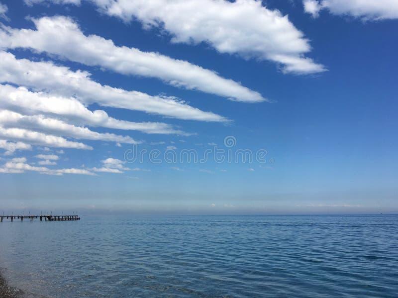 Μπλε Μεσόγειος, ομαλά που περνά στον ουρανό με τα όμορφα σύννεφα στοκ φωτογραφίες με δικαίωμα ελεύθερης χρήσης