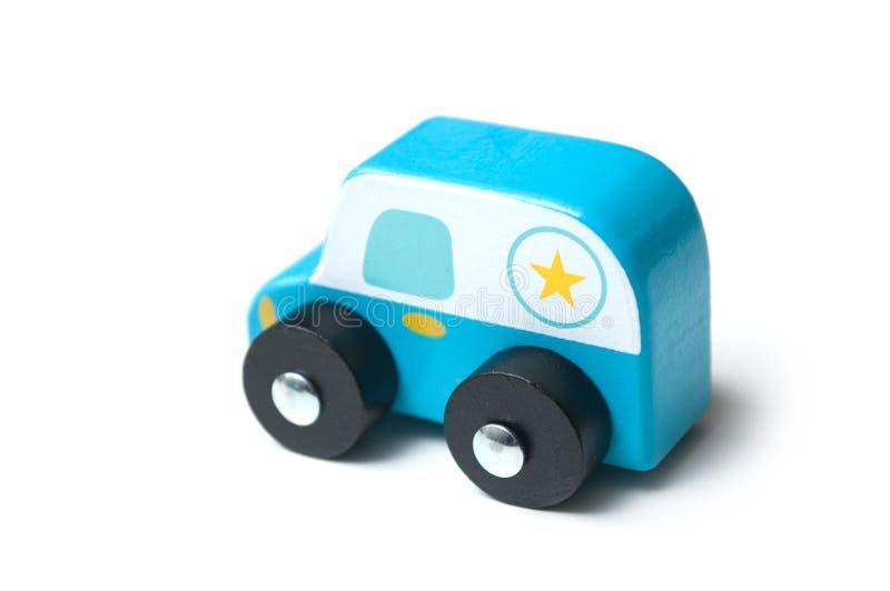 μπλε μικροσκοπικό ξύλινο αυτοκίνητο στο άσπρο υπόβαθρο - περίπολος αστυνομίας έννοιας στοκ εικόνες