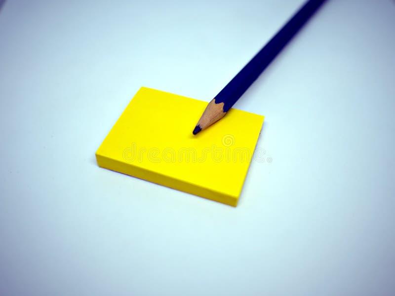 Μπλε μολύβι στην κίτρινη κολλώδη σημείωση στοκ φωτογραφία με δικαίωμα ελεύθερης χρήσης
