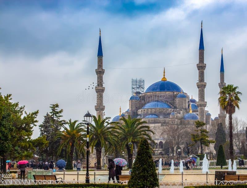Μπλε μουσουλμανικό τέμενος της Ιστανμπούλ όπως βλέπει από τις οδούς της Ιστανμπούλ στοκ εικόνες