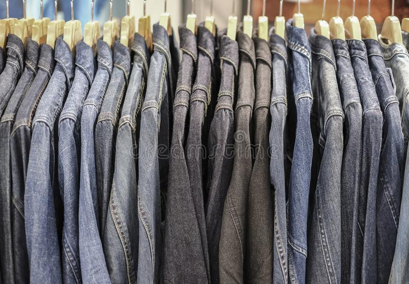 Μπλε μπλουζάκι τζιν στο μαγαζί στοκ εικόνες