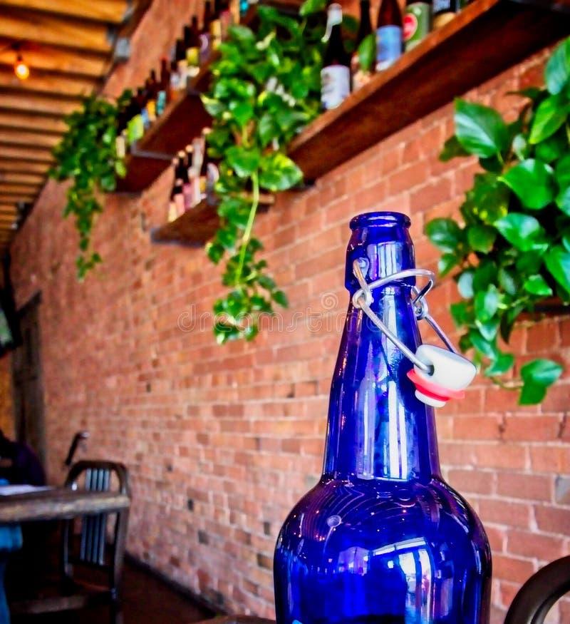 Μπλε μπουκάλι με το παλαιό ύφος ΚΑΠ στοκ εικόνα