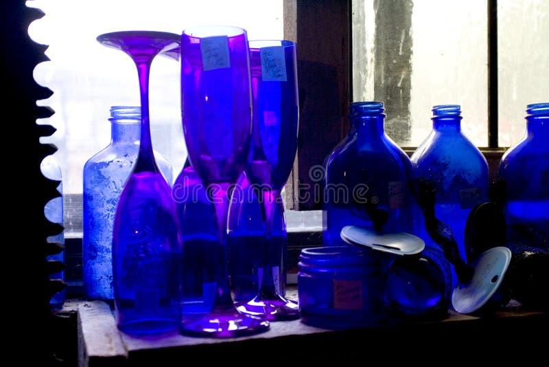 Download μπλε μπουκάλι στοκ εικόνες. εικόνα από γυαλί, ποτό, βακκινίων - 118206